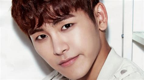 sketchbook yoo infinite s hoya sustains ankle injury during recording for
