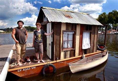 living on a boat on the mississippi river artist plies mississippi in shantyboat to net historical