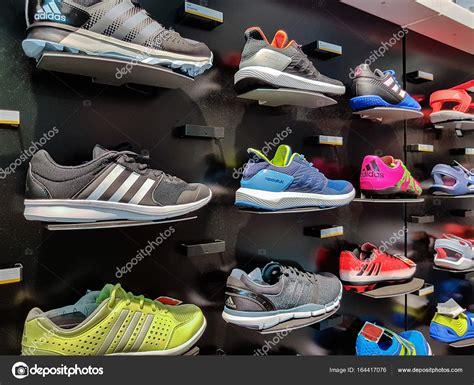 アディダスのスポーツの靴 ストック編集用写真 169 Wdnet 164417076