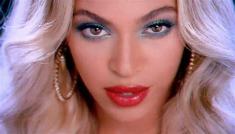 Lipstik Viodi beyonce wears bright neon lipsticks with in