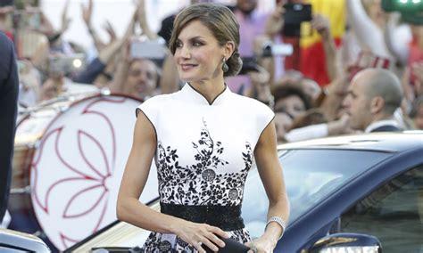 foto a foto los mejores looks de la alfombra roja de los globo de oro 2013 la reina letizia con el vestido de felipe varela que faltaba en su armario
