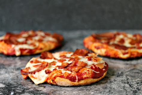 table bacon pizza easy grilled mini bacon pizzas
