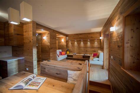casa con parquet parquet sulle pareti per un moderno appartamento