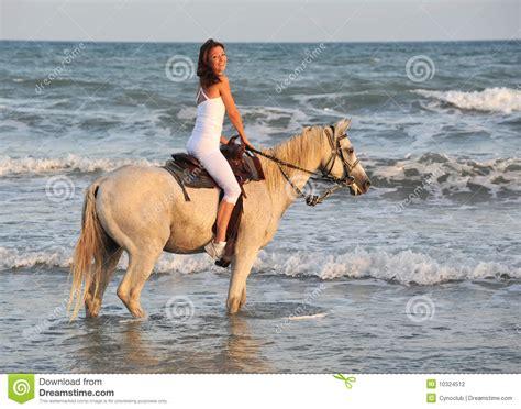 imagenes mujeres en el mar mujer del montar a caballo en el mar fotograf 237 a de archivo