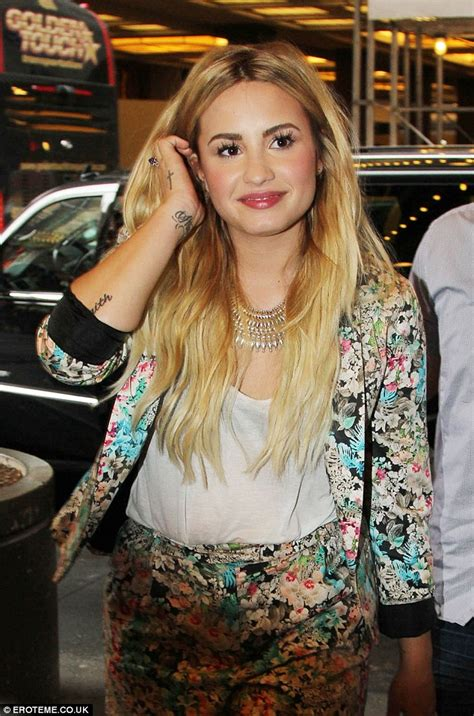 demi lovato new blonde hair demi lovato shows off new blonde hairstyle daily mail online