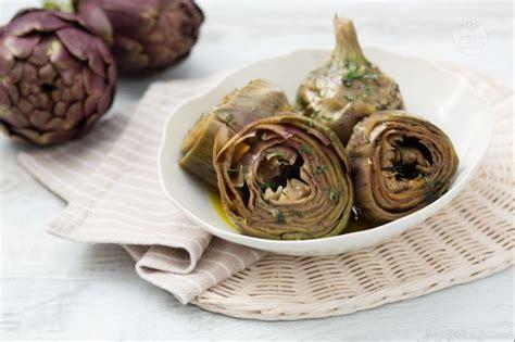 cucinare i carciofi romaneschi ricetta carciofi alla romana la ricetta di giallozafferano