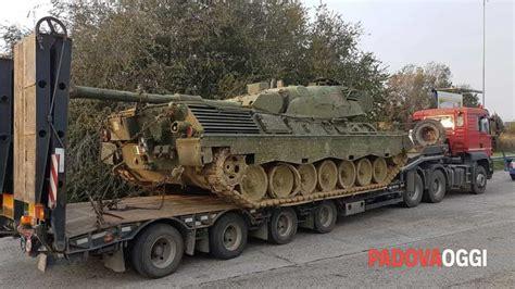 interno di un carro armato carro armato in autostrada a4 multato