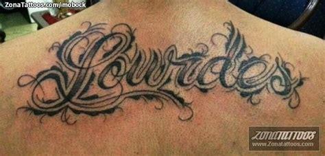 imagenes de tatuajes de nombres en la espalda tatuaje de nombres espalda letras