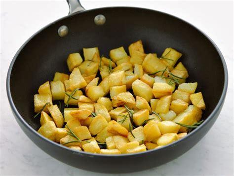come cucinare patate in padella ricetta patate croccanti in padella donna moderna
