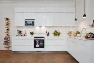 Charmant Credence Cuisine Carrelage Metro #1: carrelage-metro-blanc-credence-cuisine-blanche-armoires-blanches-etagere-bois.jpg
