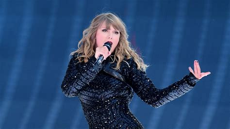 taylor swift engaged july 2018 taylor swift third wheel as fans get engaged during meet