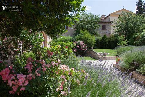 immagini di ville con giardino porzione di villa con giardino e dependance in vendita a trevi
