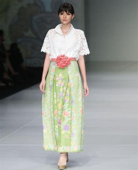 Dress Motif Bulu Pink the spotlight 50 inspirasi batik modern