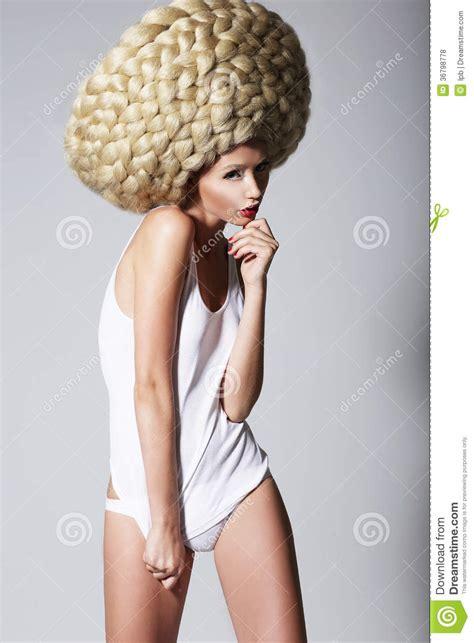 Peinado Ultramoderno. Mujer De Moda Con Art Wig Creativo