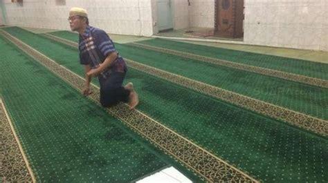Karpet Karakter Di Pontianak darah brimob yang ditikam teroris masih membekas di karpet masjid thetanjungpuratimes