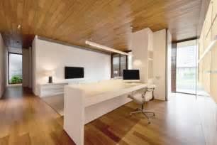 lambris bois plafond associ 233 au sol dans une design