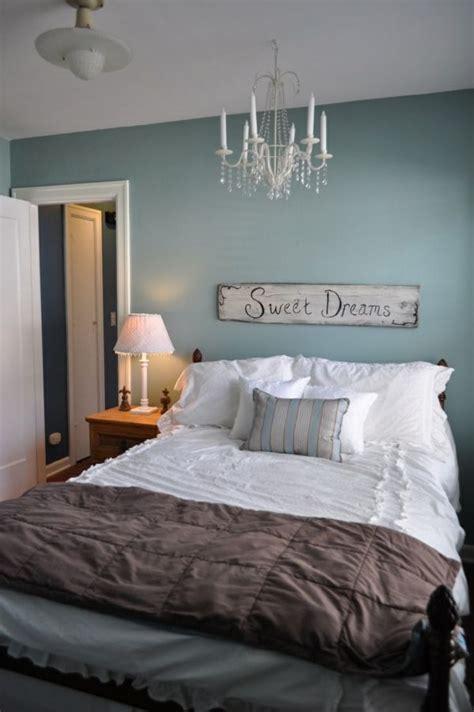 graue schlafzimmermöbel schlafzimmer massivholzbrett beleuchtung indirekt
