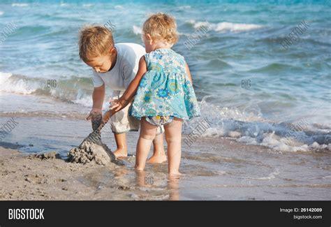 imagenes de niños jugando en la playa dos ni 241 os jugando en la playa de la arena fotos stock e