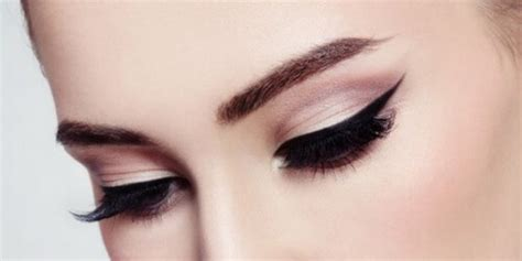Eyeliner Anti Air ingin make up kamu tahan lebih lama kuy cek tips