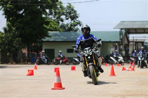 ayo latihan safety riding  yamaha riding academy
