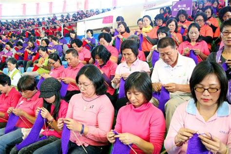 finger knitting world record most knitting simultaneously taiwan sets world record