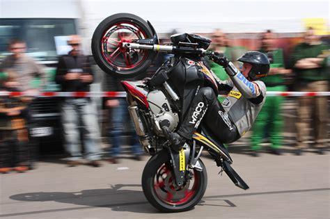 Motorrad Hinterrad Fahren by Wheelie