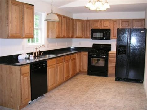 kitchen cabinets with black appliances 1000 ideas about black appliances on pinterest