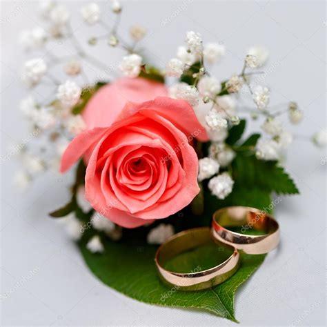 mazzo di fiori per sposa anelli di nozze d oro su un mazzo di fiori per la sposa