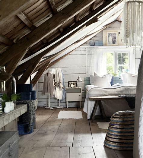 Supérieur Chambre A Coucher Zen #4: amenagement-sous-combles-en-bois-revetement-sol-en-planches-de-bois-lit-en-bois-suspension-originale-idée-déco-chambre-en-bois-rustique-e1489404619368.jpg