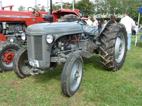 Traktor Oldtimer Lackieren by Ferguson In Grauer Lackierung Und Muschelkotfl 252 Gel