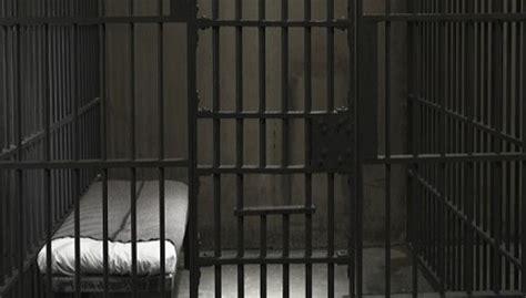 carcere di poggioreale all interno nel carcere di poggioreale un uomo tenta di compiere un