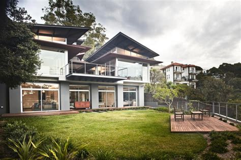dramatic modern house by site jodie s house set on a dramatic steeply sloping site with