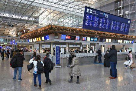 aeropuerto de frankfurt salidas salidas del aeropuerto de frankfurt foto editorial de