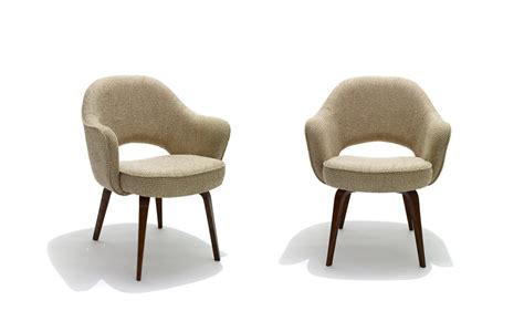 Saarinen Stuhl by Saarinen Executive Arm Chair With Wood Legs Hivemodern