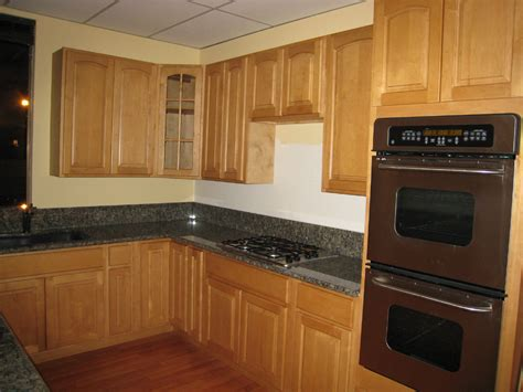 Natural Maple Kitchen Cabinets Dark Counter Maple Shaker Kitchen Colors With Oak Cabinets And Black Countertops