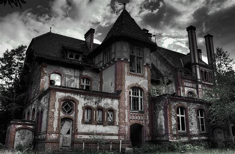 the top 5 not so tiny haunted houses