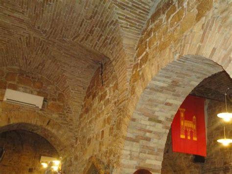 soffitto a volta archi e soffitto a volta foto di ristorante leopoldus