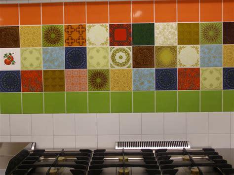 toilet met gekleurde tegel combinaties met gekleurde wandtegels