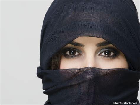 peek   niqab unraveling   stereotypes