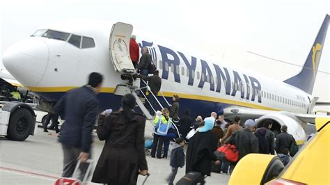 cabin baggage ryanair ryanair cuts cabin baggage limit to speed up boarding
