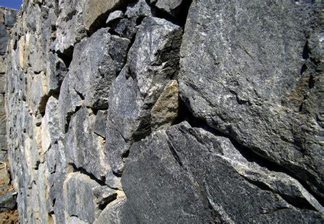 trockenmauer bauen ohne fundament trockenmauer anlegen 187 anleitung in 5 schritten