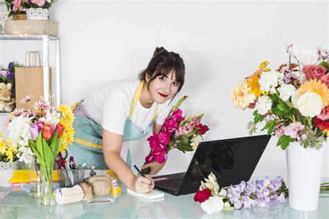 bloemen schrijven portret van een vrouwelijke bloemist met bloemen die op