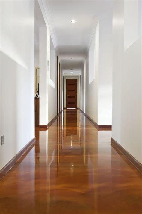 resine epoxy revetement de sol effet bois couloir maison