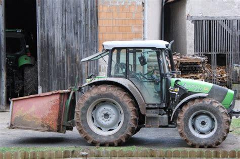 traktor scheune deutz fahr agrofarm 100 der gro 223 e bruder steht nebenan in