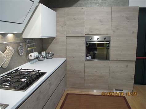 cucina con angolo dispensa cucina finitura effetto legno con dispensa ad angolo