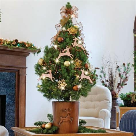das haus weihnachtlich dekorieren kleinen christbaum auf