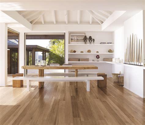 piastrelle soggiorno soggiorno con piastrelle effetto legno a pavimento