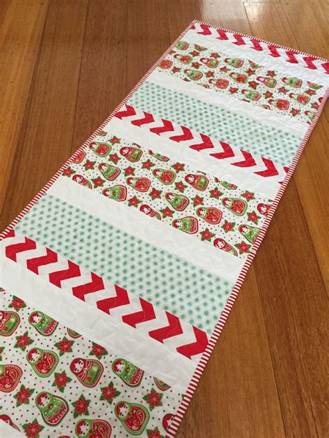 pattern christmas table runner candy cane christmas table runner favequilts com