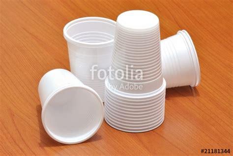 piatti bicchieri plastica quot bicchieri di plastica quot immagini e fotografie royalty free