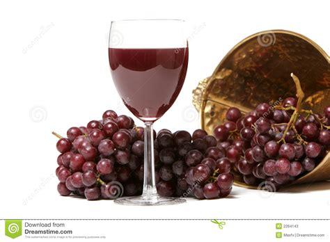 imagenes de vinos uvas uvas rojas y vino fotos de archivo imagen 2264143